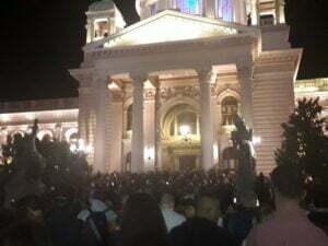 УЖИВО: Скупштина опет обезбеђена, на уласку велики кордон полиције! (ФОТО)